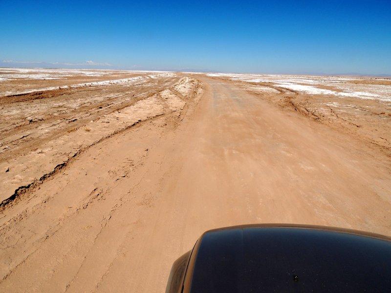 Viaggio in auto in Cile: una pista all'interno del Salar de Atacama.