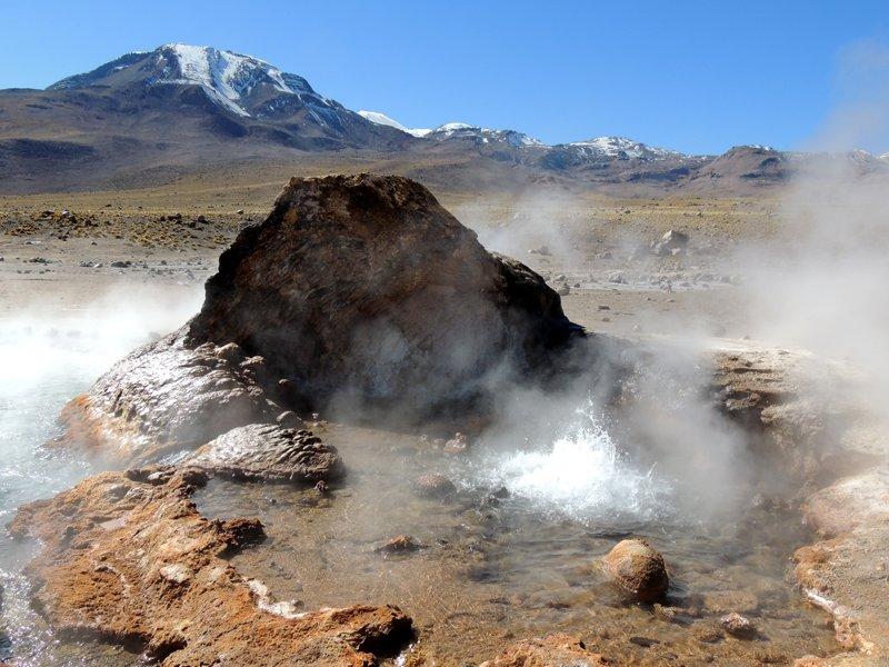 Viaggio in auto in Cile: un geyser a El Tatio.