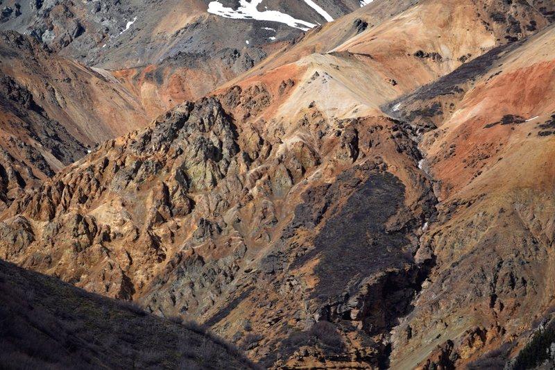 Viaggio in auto in Alaska: montagne di origine vulcanica nei pressi di Nelchina.
