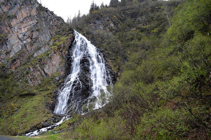 Viaggio in auto in Alaska: una cascata nei pressi di Valdez.