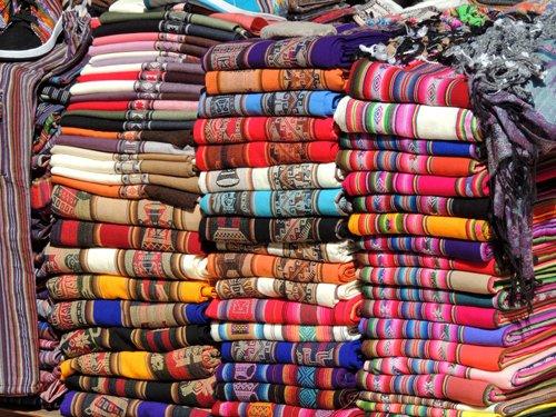 Stoffe colorate nel mercato di Purmamarca.