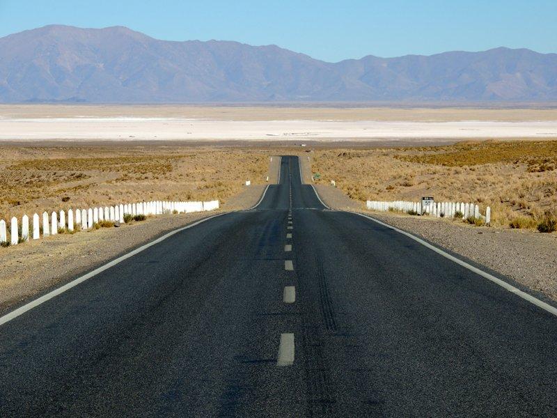 Un lungo rettilineo nel nostro viaggio in auto in Argentina, nei pressi di Salinas Grandes.